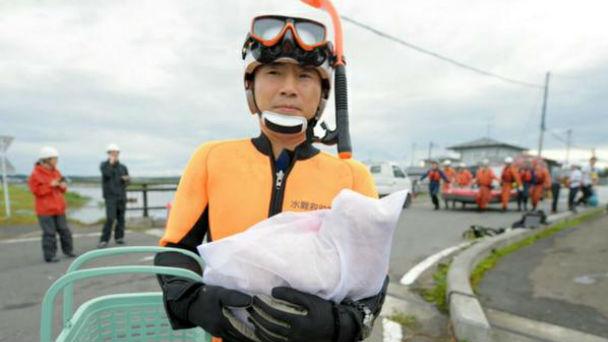 猫も救助!鬼怒川氾濫で洗濯ネットを持った水難救助隊員に称賛の声のアイキャッチ