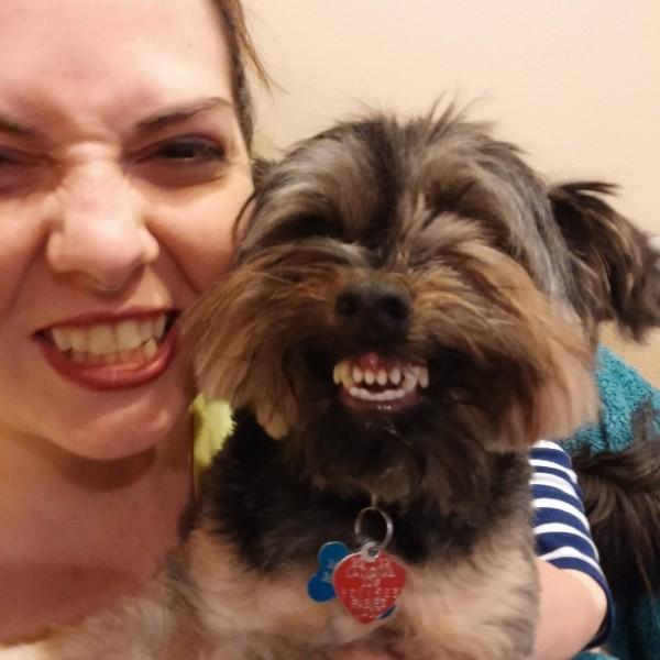 笑顔な女性と犬
