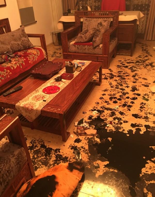 墨で汚れた家4