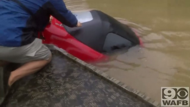 バトンルージュの洪水で犬と人間の救出1